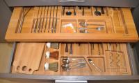 Συρώμενη κουταλοθήκη από μασίφ ξύλο. <br /> Υποκαθήμενη κουταλοθήκη από μασίφ ξύλο. <br /> Δίσκος κοπής